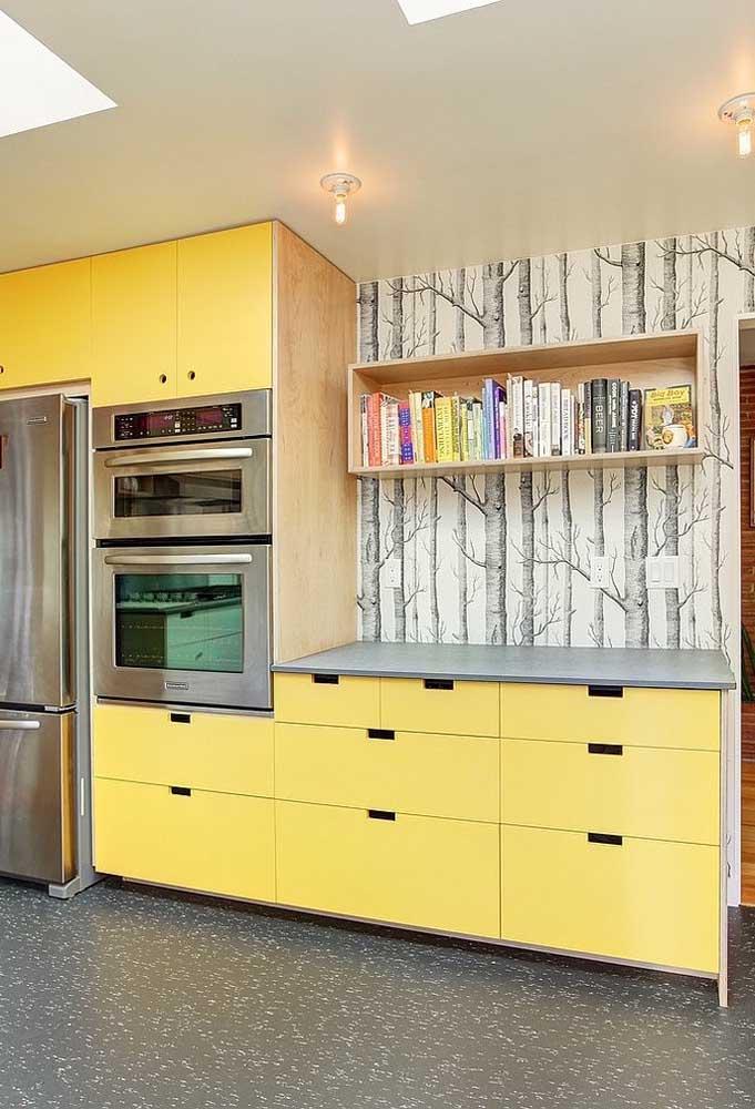 Da mesma forma que você pode usar a cor amarela nos móveis e apostar no papel de parede mais discreto.