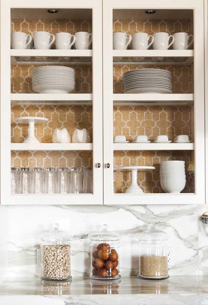 O papel de parede não é somente usado para decorar a parede da cozinha, você pode usá-lo como forro ou fundo do armário.