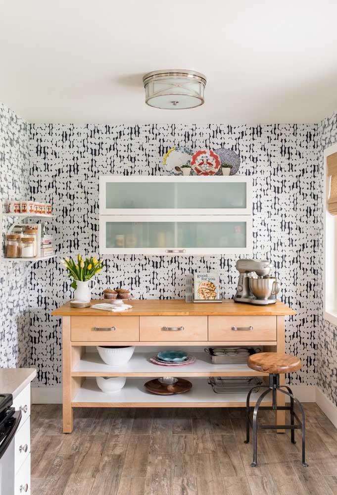 Mas há aqueles que preferem a cozinha inteira decorada com papel de parede para deixar o ambiente mais divertido.