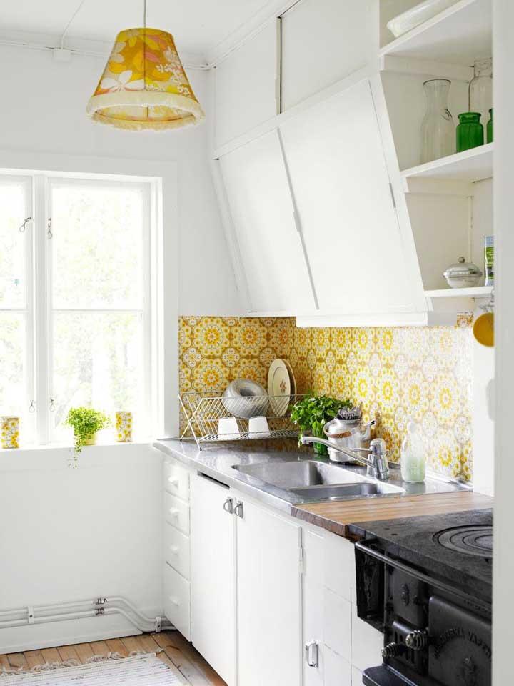 A área da pia da cozinha é uma das mais usadas para colocar o papel de parede, já que muitos deles são resistentes à água.