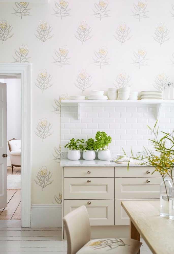 Se a sua intenção é ter um ambiente mais clean e calmo, use um papel de parede mais clarinho combinando com os móveis na cor branca ou no tom pastel.