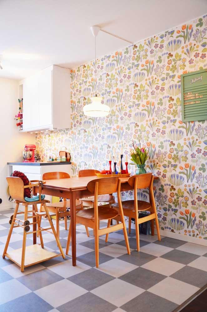 Para quem deseja ter um ambiente mais descontraído, nada melhor do que usar o papel de parede com estampa colorida.