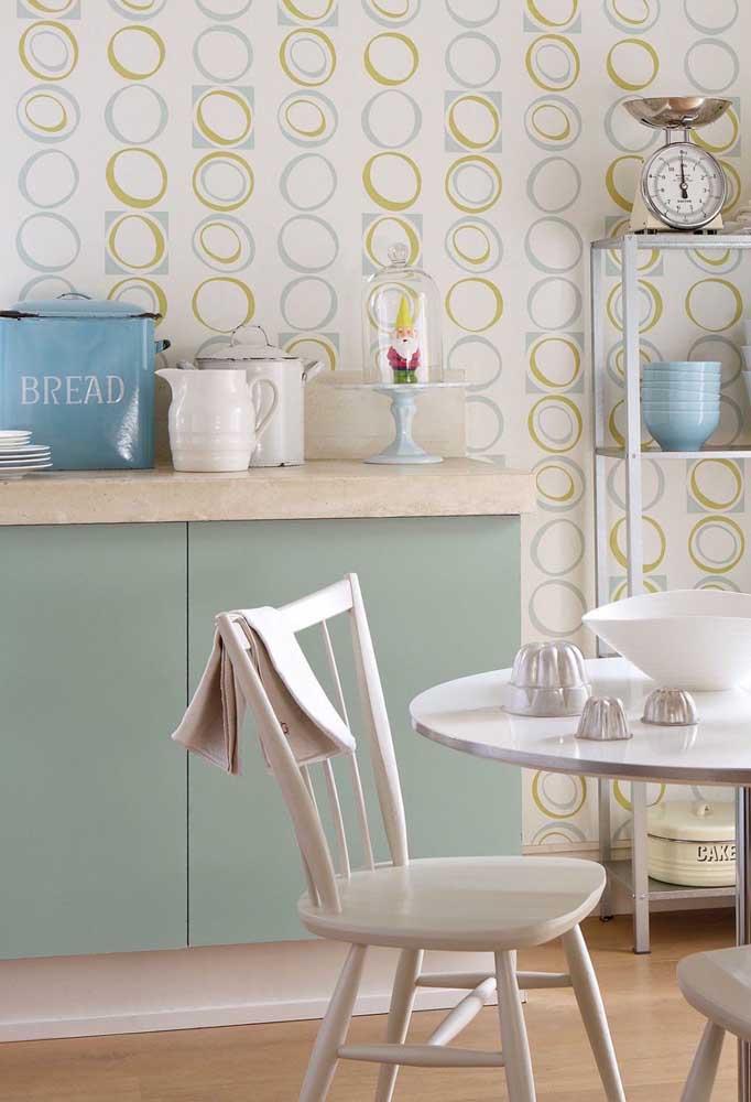 Atualmente, existem vários tipos de estampas que você pode escolher para o papel de parede. O mais importante é escolher algo que combine com a decoração da cozinha.