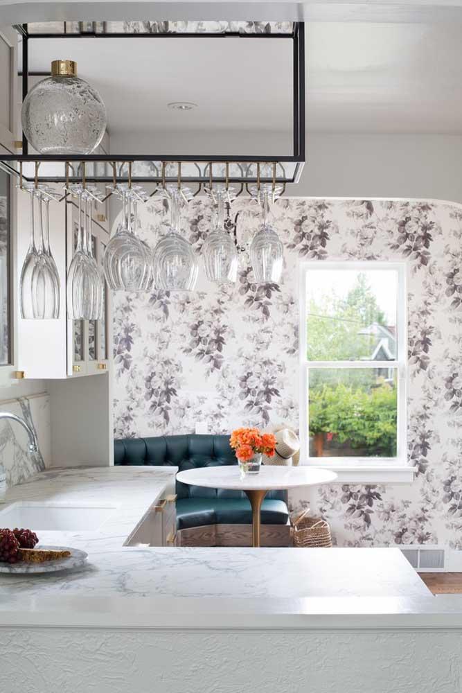 Olha como o papel de parede faz uma grande diferença na decoração dessa cozinha.