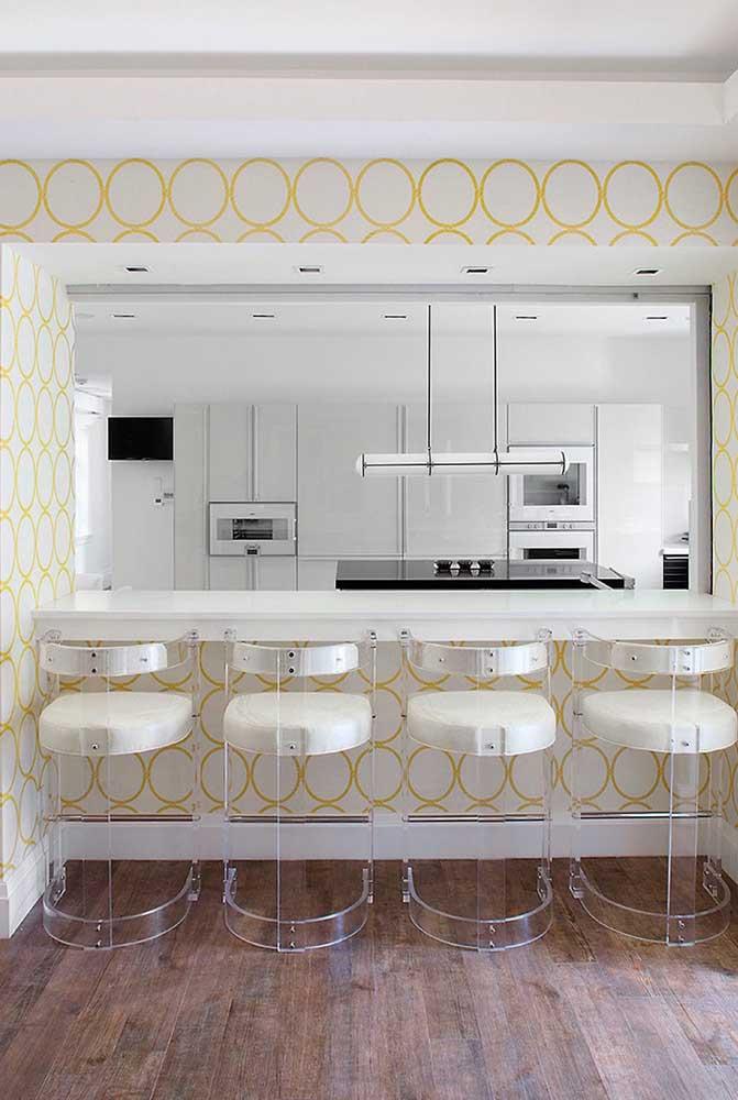 Na hora de escolher o papel de parede, lembre-se que ele precisa combinar com toda decoração do ambiente.