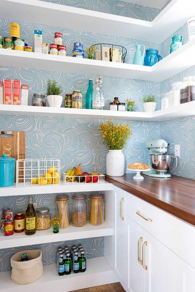 Dependendo do modelo de papel de parede escolhido, ele é que determina o tom da cozinha.
