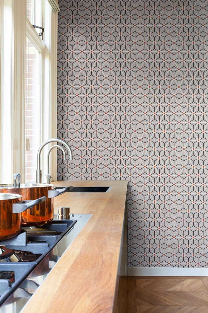 O papel de parede que tem o modelo de azulejo é perfeito para deixar o ambiente com um ar de sofisticação e elegância.