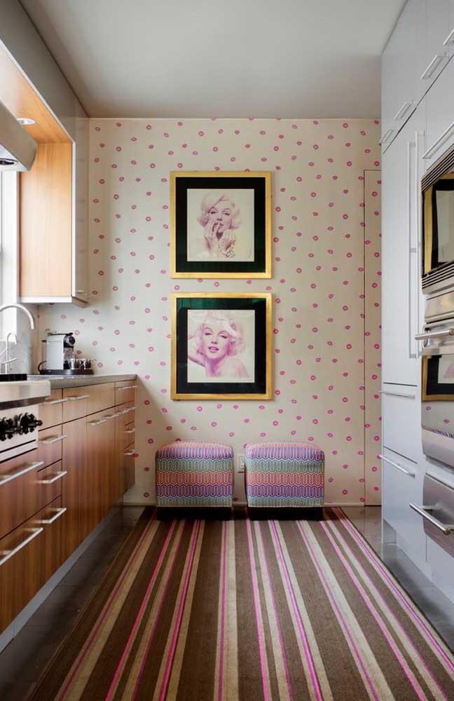 É possível fazer uma decoração totalmente feminina na cozinha, usando papel de parede com bolinhas na cor rosa e quadros de fotos de celebridades conhecidas.