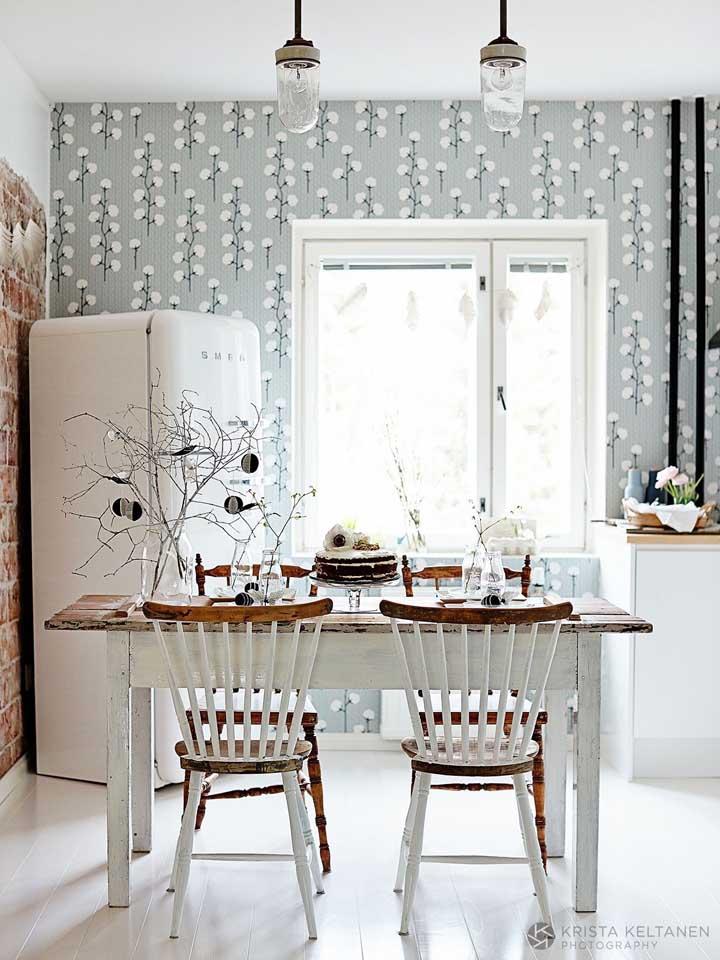 Já uma estampa que leva a cor cinza combina muito bem com móveis nas cores branca e madeira.