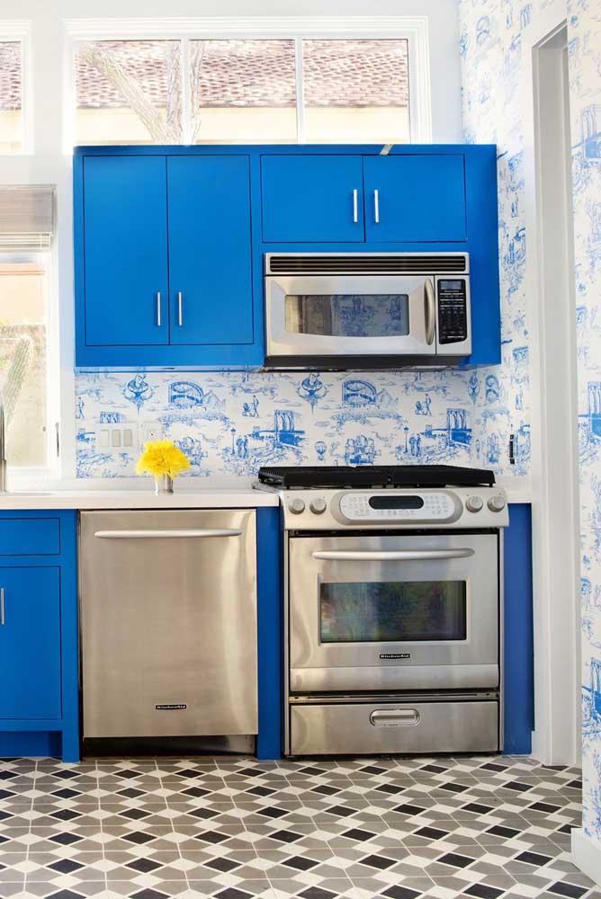 Para combinar com os móveis azuis, nada melhor do que usar um papel de parede com detalhes na mesma cor.