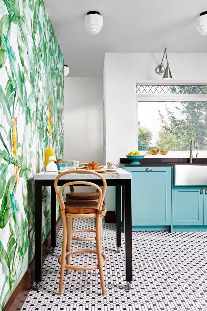 Que tal transformar a cozinha em uma verdadeira floresta? Você pode fazer isso usando apenas um papel de parede com essa estampa.