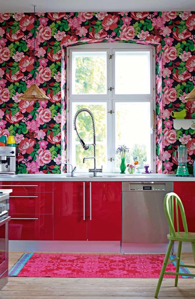 Para as mulheres românticas, invista em móveis nos tons vermelho ou rosa e use uma estampa de papel de parede cheia de rosas.