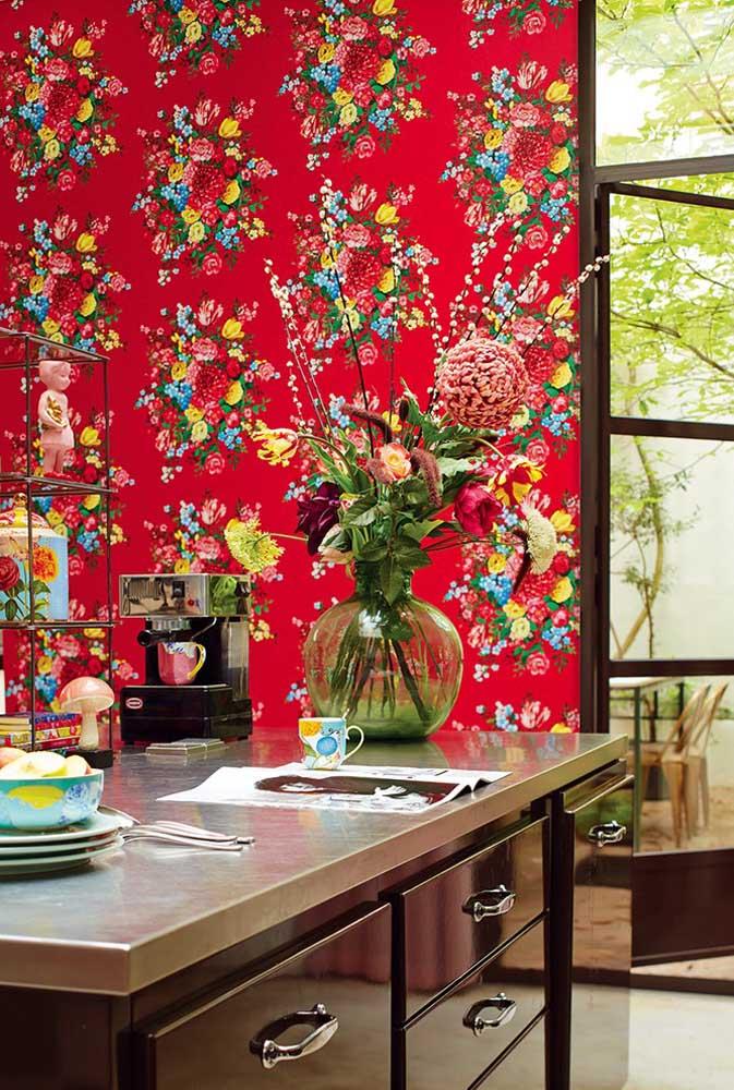 Se a intenção é ousar na decoração da cozinha, aposte em um papel de parede com estampa vermelha.