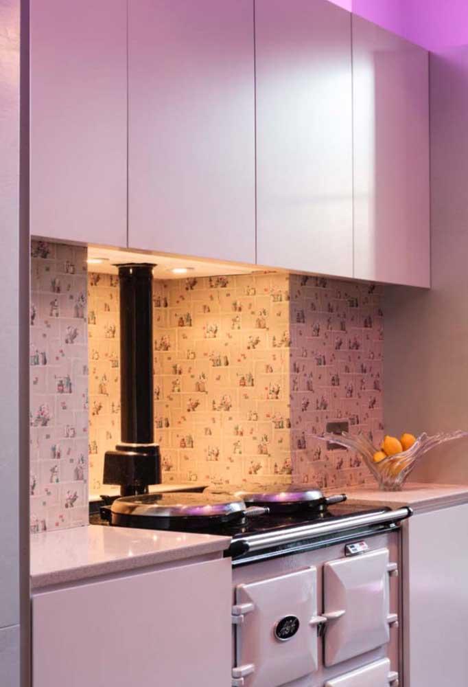 Pessoas mais discretas preferem uma decoração na mesma linha. Nesse caso, use o papel de parede apenas na direção dos armários da cozinha.