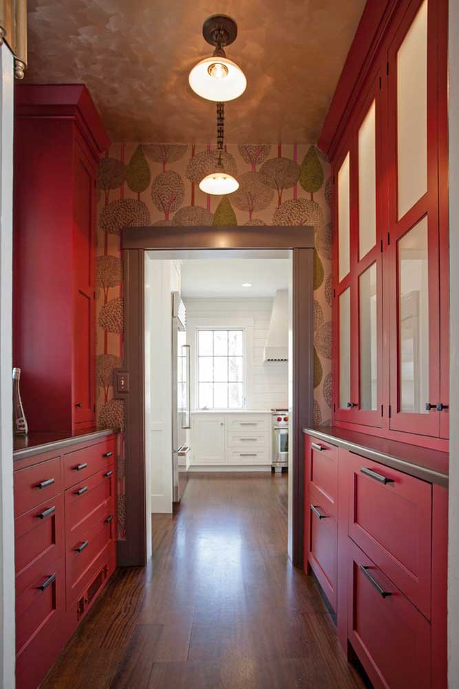 Algumas estampas de papel de parede deixam o ambiente mais espaçoso por causar uma impressão de amplitude.