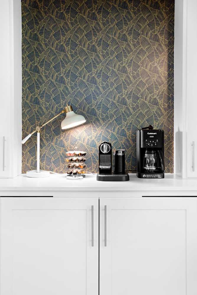 Que tal usar o papel de parede no cantinho da cozinha que você serve café? Com uma boa iluminação, o espaço fica perfeito.