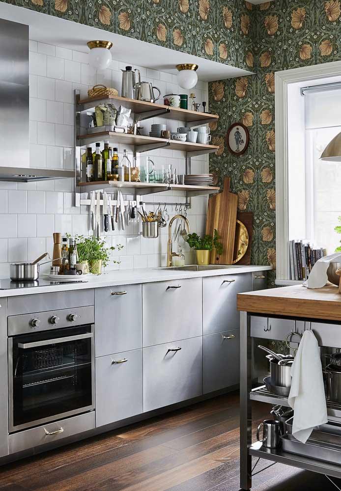 Algumas estampas do papel de parede deixam a cozinha mais aconchegante para receber os amigos.