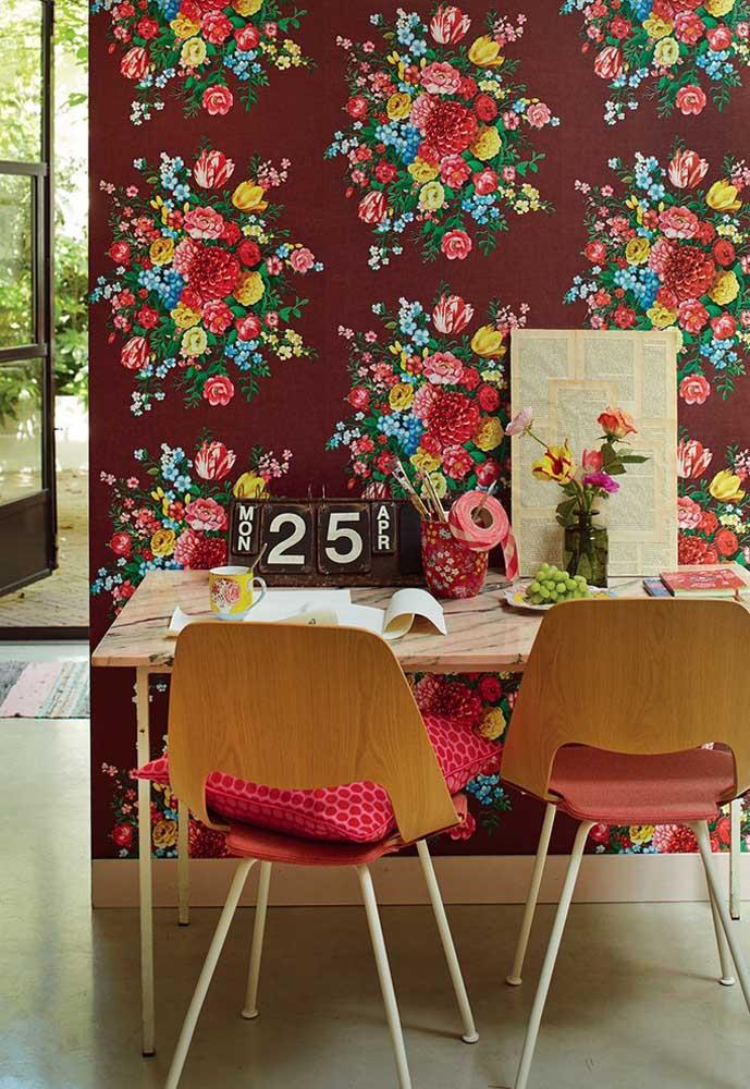 Uma boa ideia é usar apenas papel de parede na área da mesa da cozinha. Se quiser fazer uma combinação perfeita, use móveis de madeira com uma estampa vermelha no papel de parede.