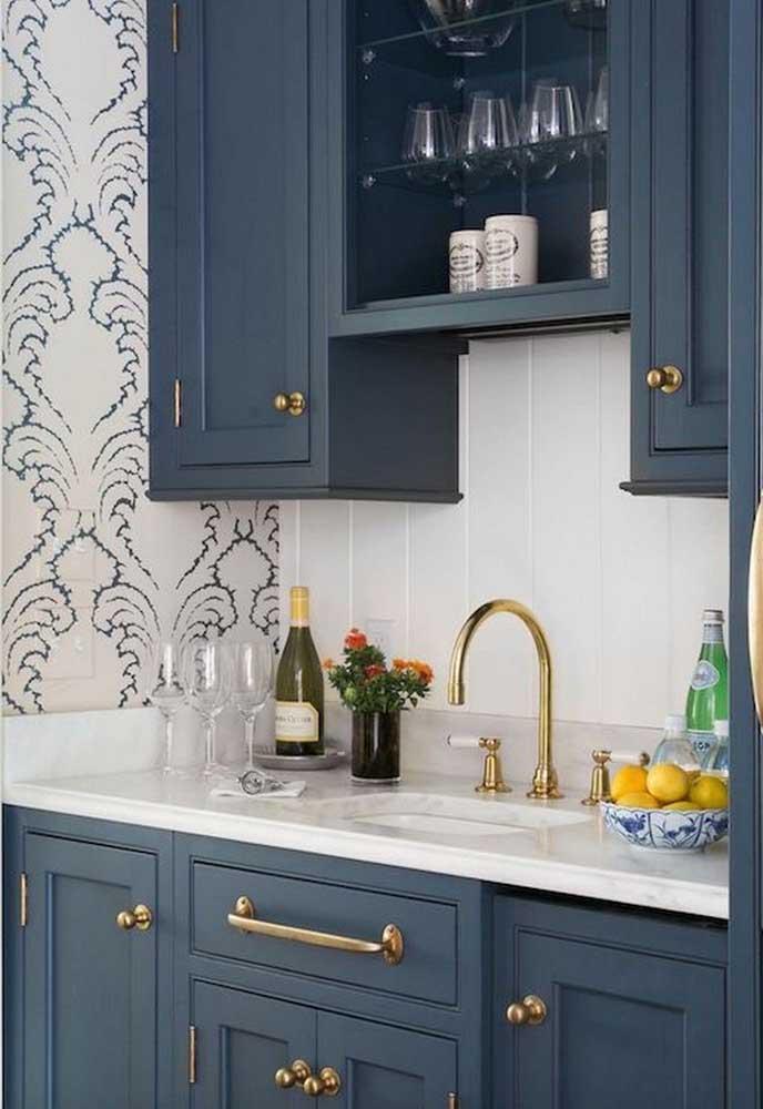 Você pode fazer uma combinação de revestimento e papel de parede na hora de decorar a cozinha.