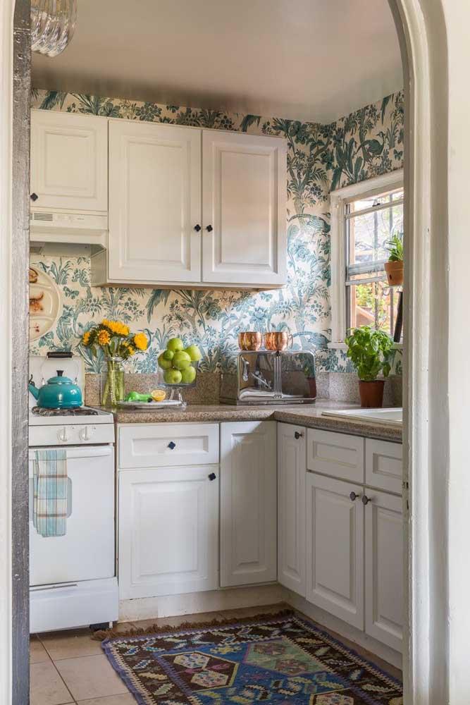 Ou apenas usar papel de parede em todos os espaços da cozinha como é o caso desse modelo.