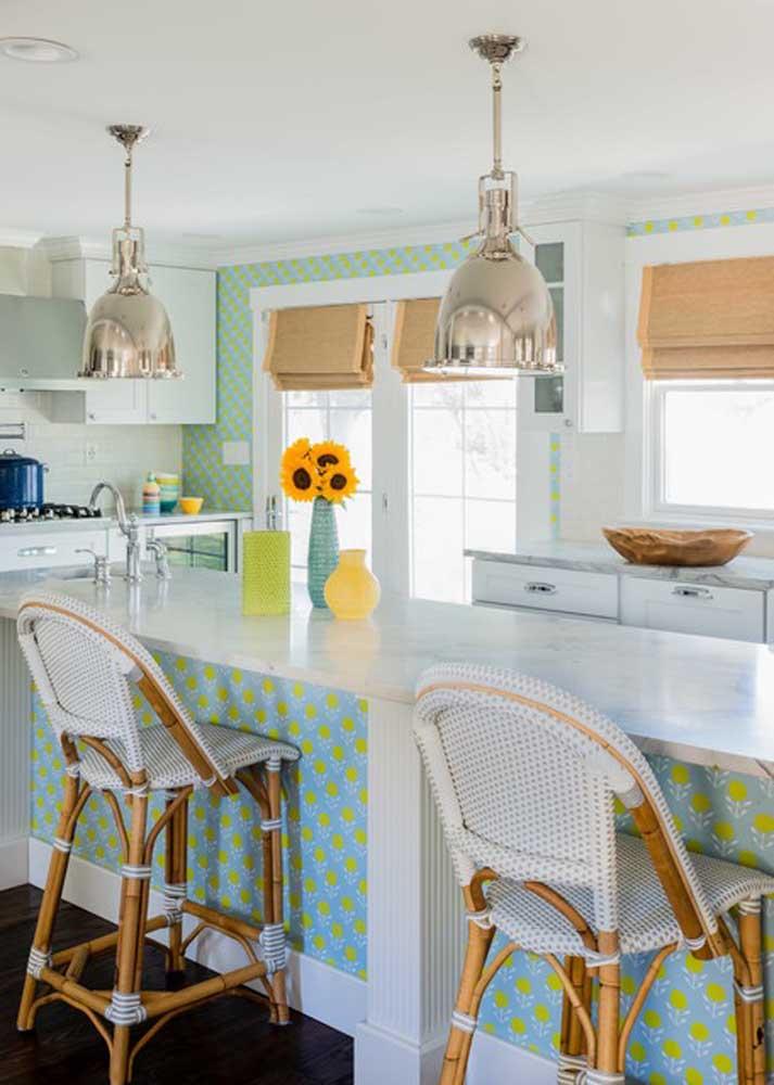 O papel de parede não precisa ser apenas usado na parede da cozinha, mas você pode usá-lo nos balcões também.