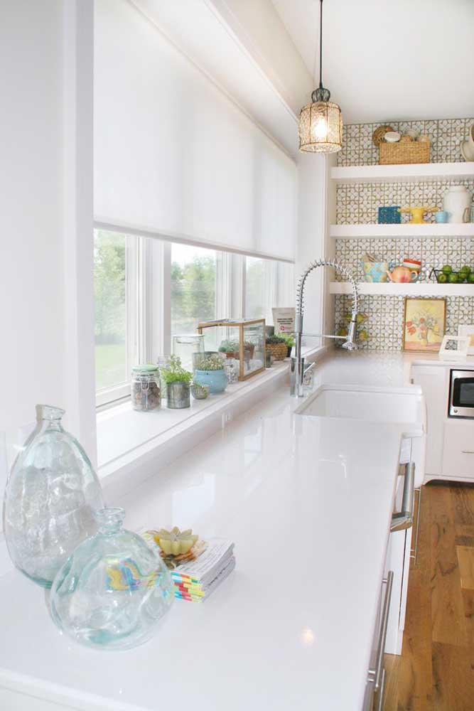 Deixe a cozinha com as paredes todas na cor branca e use papel de parede estampado apenas na área das prateleiras.