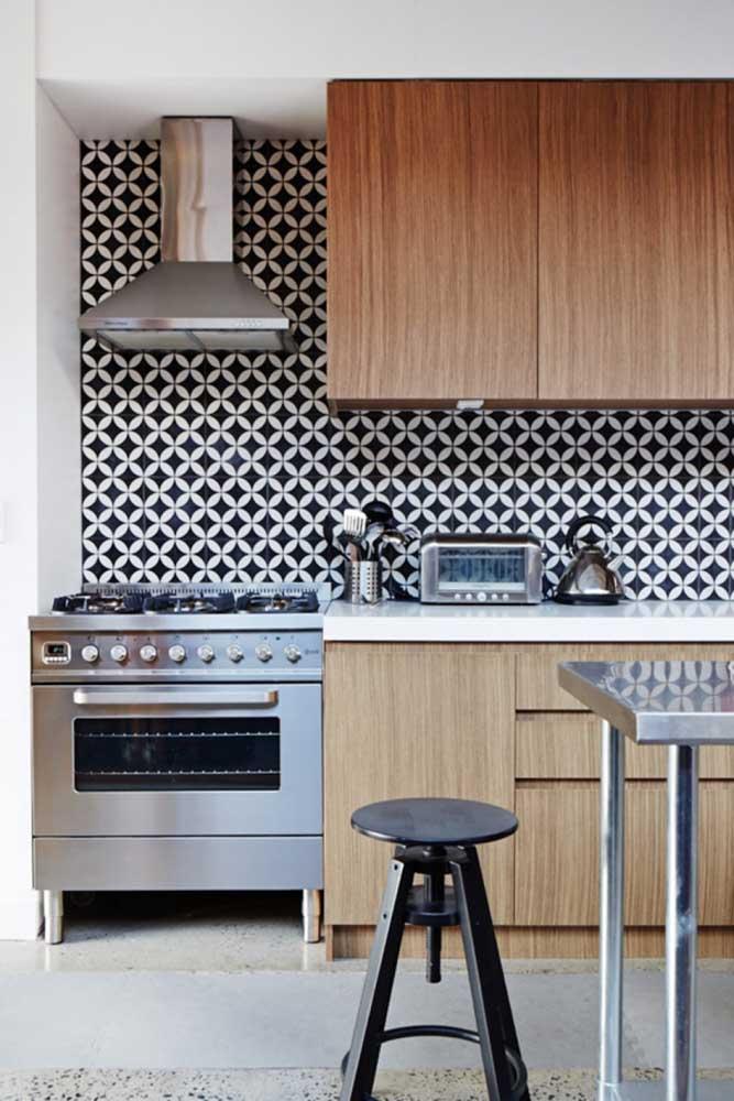 O papel de parede no formato de azulejo é muito usado na cozinha, principalmente, na parede dos armários.