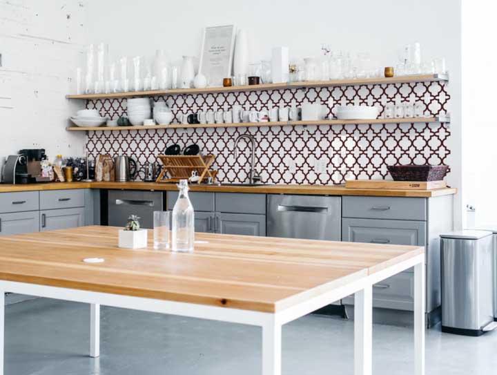 Um papel de parede que usar a cor marrom fica ótimo com uma decoração que leva móveis de madeira.