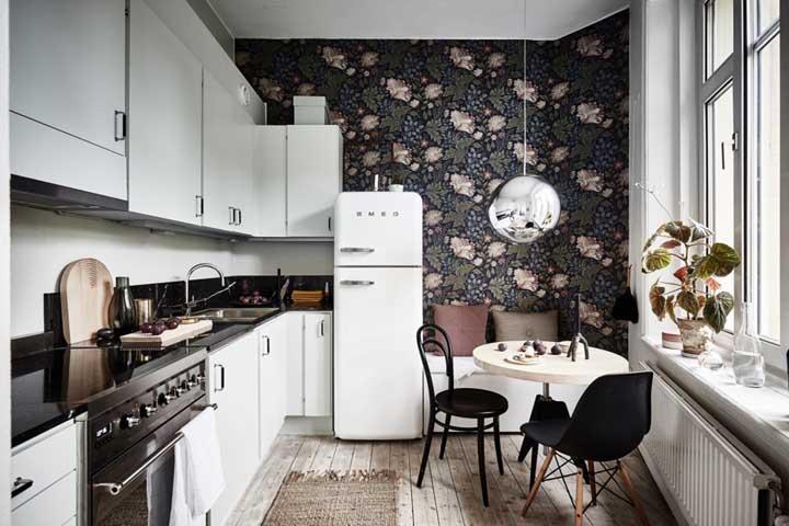Dá para fazer um cantinho aconchegante dentro da cozinha, basta usar móveis confortáveis e apostar em um papel de parede como esse modelo.