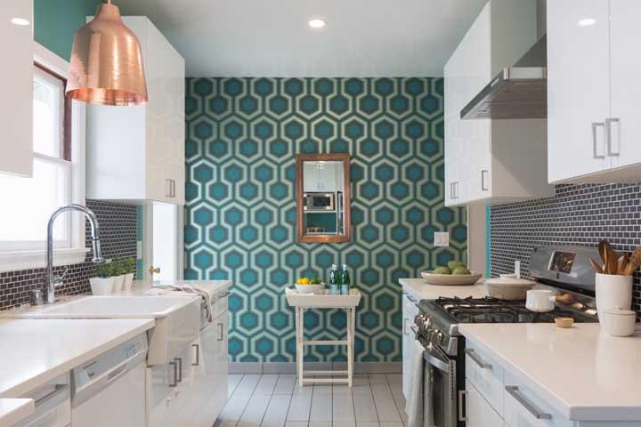 Vários papéis de parede imitam os azulejos grandes e ficam lindos na parede da cozinha.