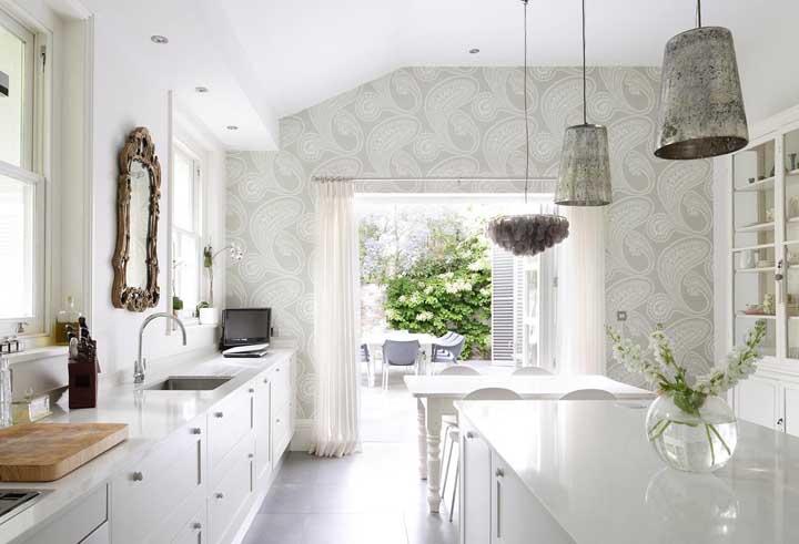 Quando a cozinha é bastante iluminada, dependendo do papel de parede utilizado, o ambiente fica mais amplo e claro.
