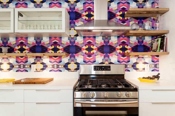 Os desenhos geométricos são sempre muito bem-vindos na decoração. Apesar desse modelo de papel de parede criar uma ilusão de ótica no ambiente, a mistura de cores usadas transmite irreverência e originalidade ao cômodo.