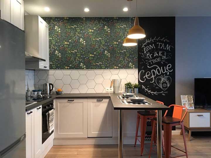 Use o papel de parede em um pequeno pedaço da parede da cozinha. Reserve um espaço para colocar o quadro negro para você desenhar algo decorativo ou apenas para servir de espaço para as mensagens, recados e anotações.