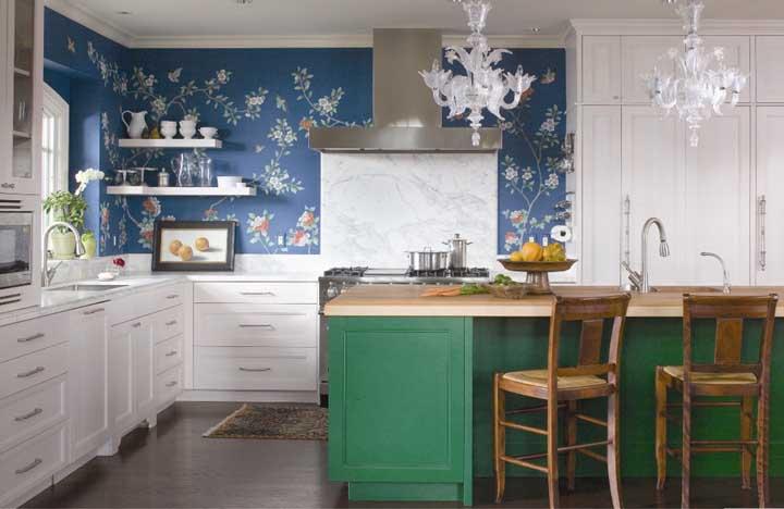 Os papéis de parede com cores fortes e pequenos detalhes destacam qualquer ambiente como é o caso dessa cozinha.