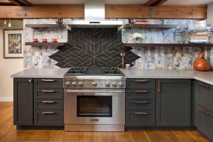 Na mesma área em que fica localizado o balcão da cozinha, você pode usar diferentes estampas de papel de parede.