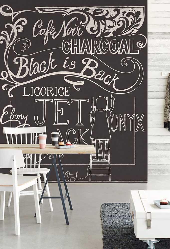 Se você tem criança em casa, pode usar o quadro negro como papel de parede, já que é a nova tendência do momento por sua funcionalidade.