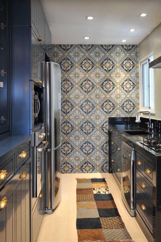 Que tal usar o papel de parede na cozinha em uma parede completamente isolada com o objetivo de destacá-la?