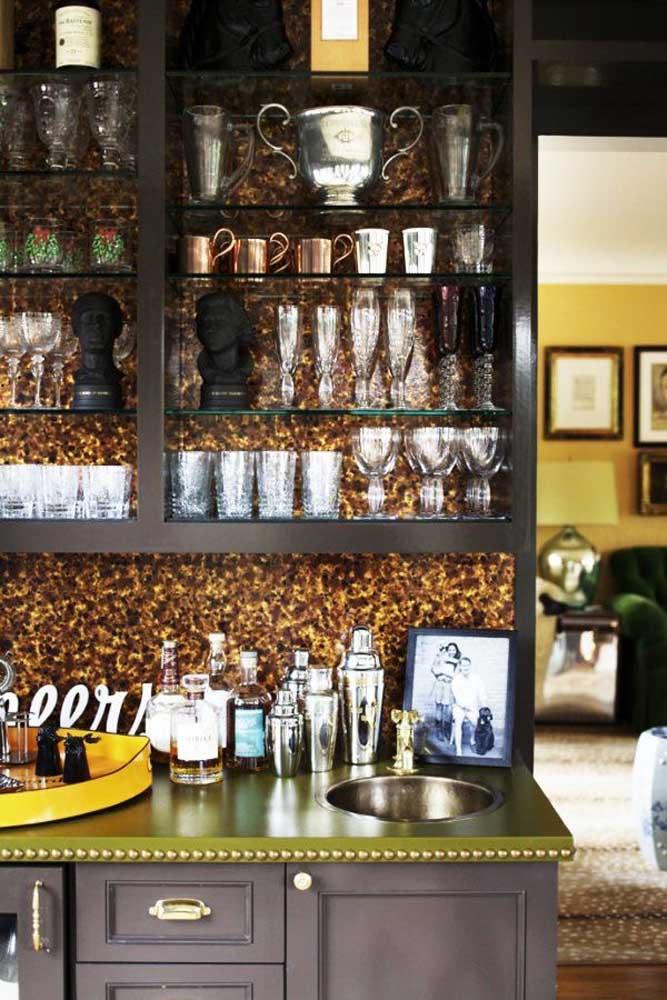 Para deixar o ambiente mais glamoroso, aposte no papel de parede com estampa em dourado.