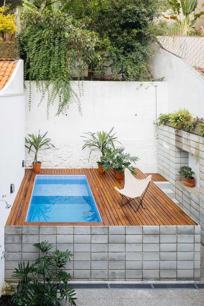 Para quem não tem muito espaço pode instalar a piscina em um nível mais alto que o terreno. Para deixá-la mais charmosa, faça um deck de acesso e decore com muitas plantas.