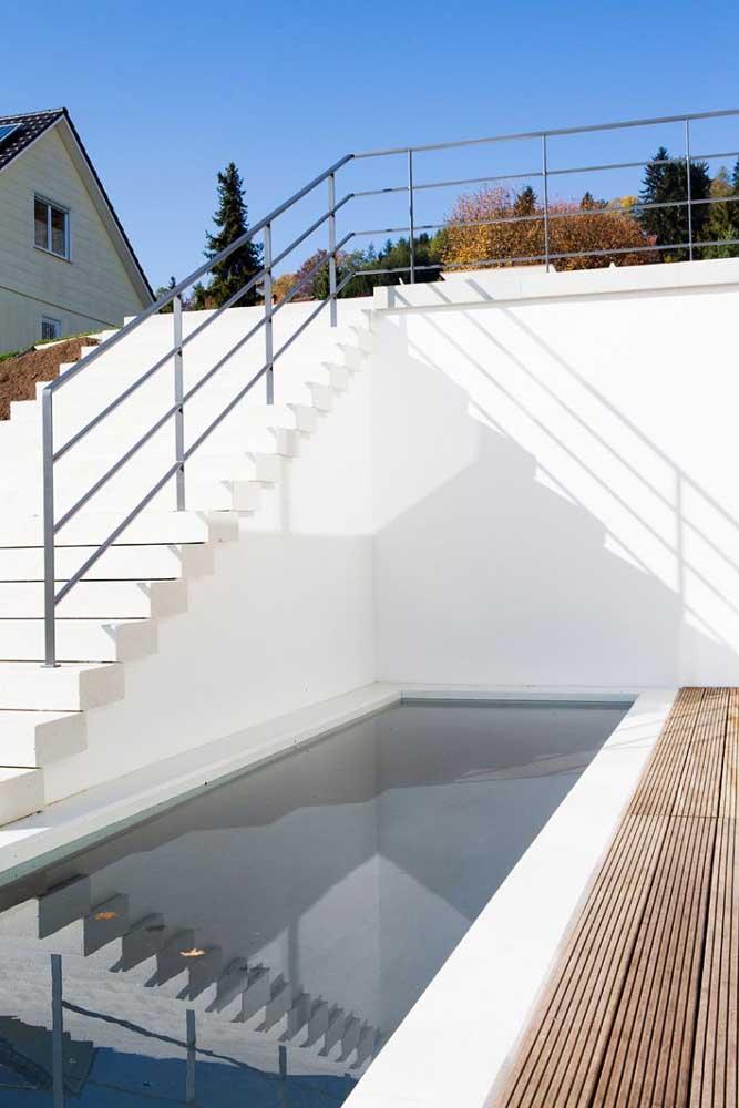 Você pode construir uma piscina na parte mais baixa do terreno, basta fazer uma escada de acesso.
