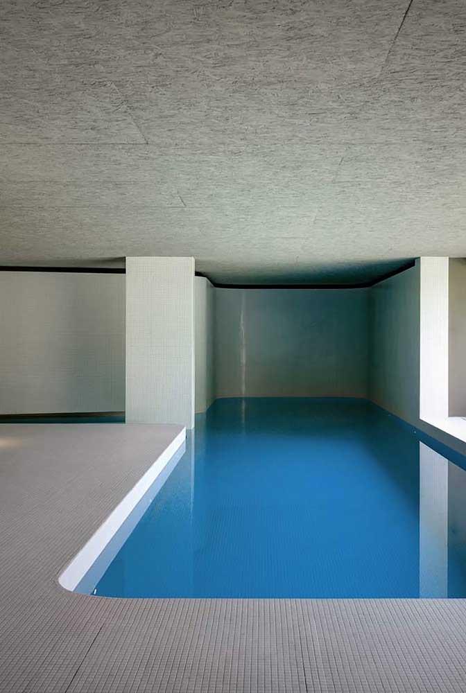 Para quem prefere algo mais sofisticado ou não possui uma área aberta, pode projetar a piscina em uma área totalmente coberta.
