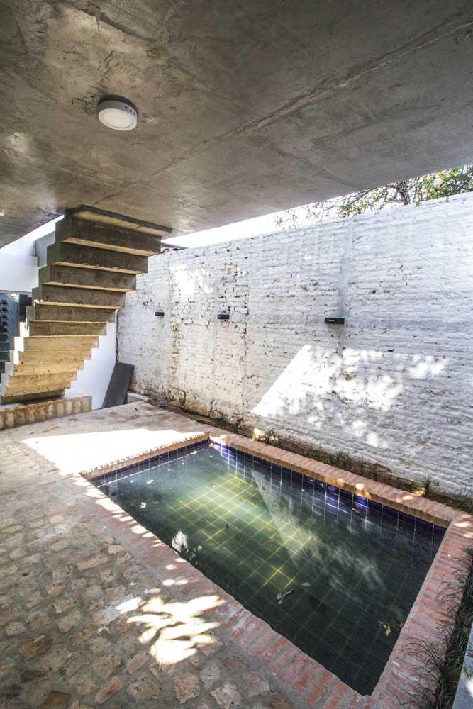 Aproveite uma área mais escondida da casa para construir a piscina. Nesse caso, o teto de gesso acabou se tornando uma proteção para a piscina.
