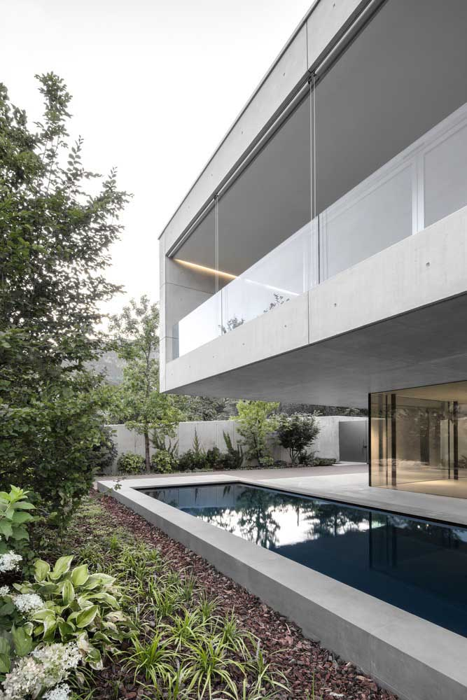 Se a casa possui dois pavimentos, dá para construir uma piscina pequena, estreita e longa na parte de baixo, mantendo a área de cima como proteção.