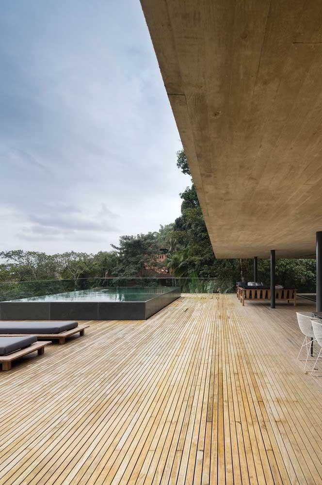 Apesar do espaço amplo, você pode usar apenas uma pequena área para construir a piscina e deixar o restante decorado com deck.