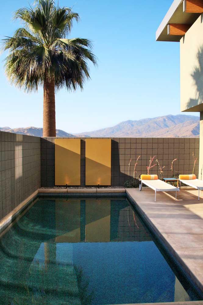 No espaço entre o muro e a parede da casa você pode construir uma pequena piscina que atenda às suas necessidades.