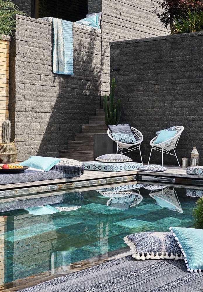 Usar pedra no fundo da piscina é uma ótima opção para deixá-la mais estilosa. Você pode aproveitar para decorar a área externa seguindo a mesma estampa da lajota.