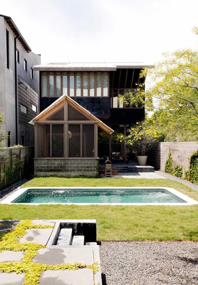 Aproveite melhor a área do quintal ou jardim na hora de construir a piscina. O mais indicado nesse caso é projetá-la na horizontal para ganhar espaço.