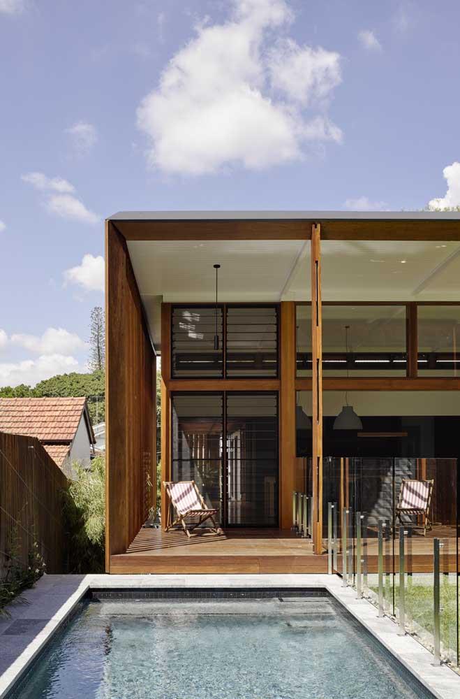 Aproveite o muro e a proximidade com a casa na hora de fazer a piscina em uma área com pouco espaço.