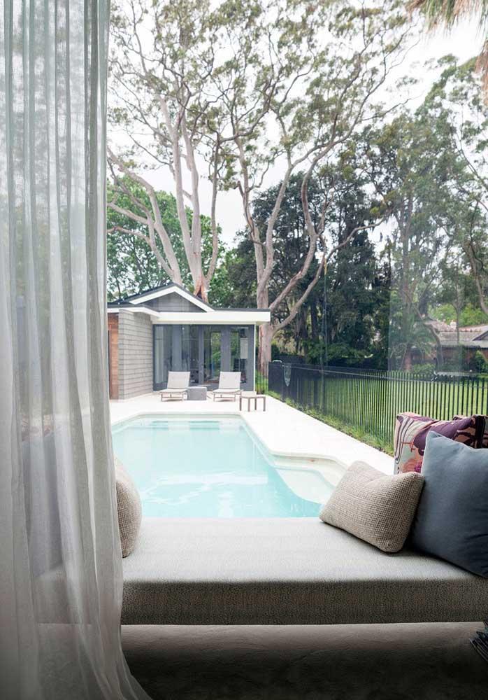 Apesar da piscina ser pequena, a área é grande. O terreno ao redor possui muito verde ao redor, melhorando o clima do ambiente.