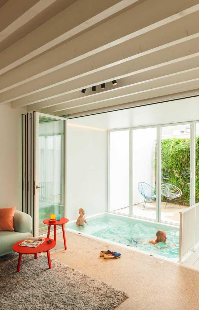 Que tal construir uma pequena piscina dentro da sua sala de estar? Você pode aproveitar uma área coberta para se divertir com seus filhos.